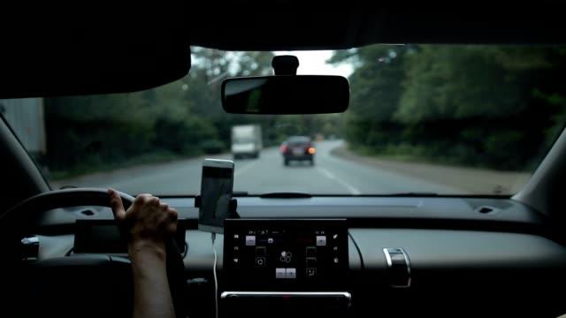 Voiture sur la route très fréquentée en journée d'été - Vidéo