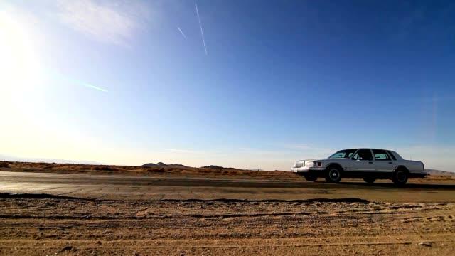 auto fahren auf einsamen autobahn - vorbeigehen stock-videos und b-roll-filmmaterial