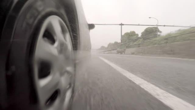 auto guida sull'autostrada al giorno di pioggia - 4 km - truck tire video stock e b–roll