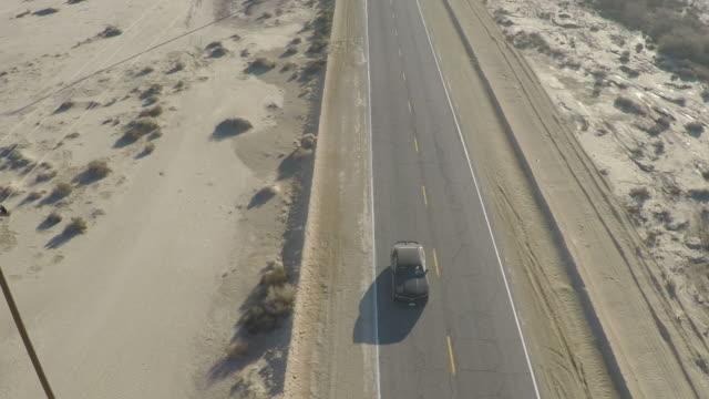 vidéos et rushes de véhicule conduisant sur la route à la route 66, désert de mojave - étendue sauvage scène non urbaine