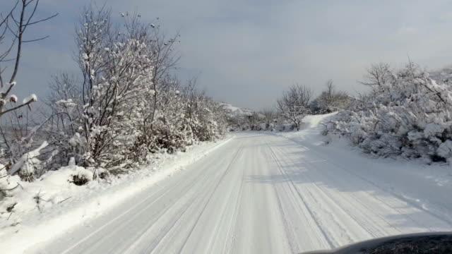 bil som kör på snö road, personligt perspektiv pov - bilperspektiv bildbanksvideor och videomaterial från bakom kulisserna