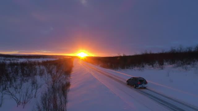 antenn: suv bil körning på snöiga skogen road på fantastisk gyllene vintern sunset - drönare transportmedel bildbanksvideor och videomaterial från bakom kulisserna