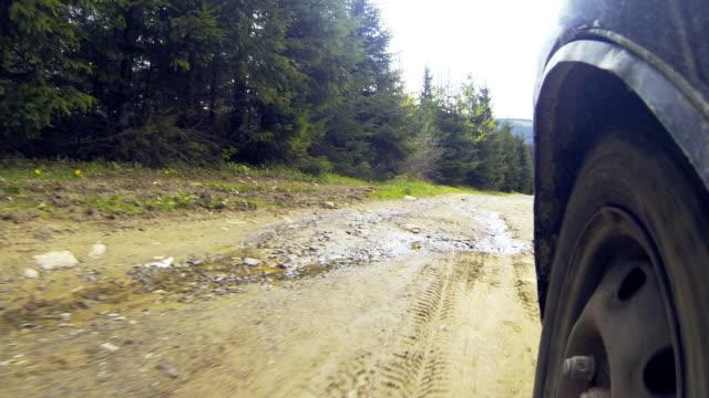 vidéos et rushes de voiture à travers la campagne dans les montagnes. - paysage extrême
