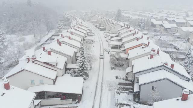 antenn: bilkörning tråg snöiga förorten, granne rengöring snö upp hans bil - skyffel bildbanksvideor och videomaterial från bakom kulisserna