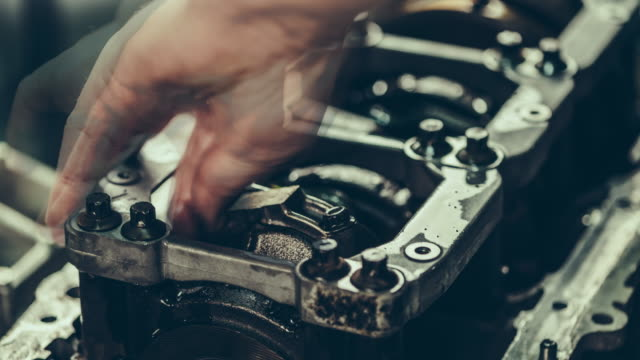 v 8 ジュース車のエンジンリペアーます。4 k time lapse (低速度撮影)動画 - 機械工点の映像素材/bロール