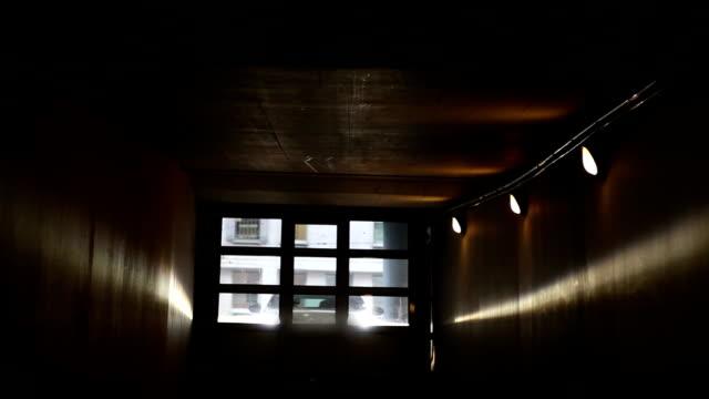 auto in einem parkhaus betreten - garage stock-videos und b-roll-filmmaterial