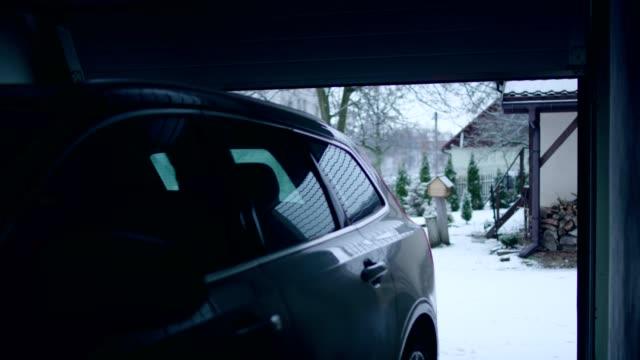 auto in der garage. winterlandschaft - wohngebäude innenansicht stock-videos und b-roll-filmmaterial
