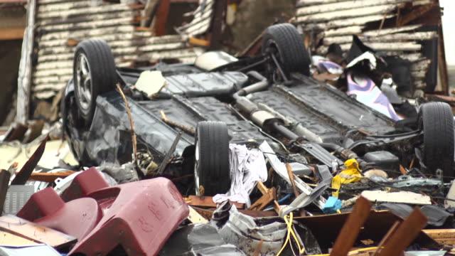 vidéos et rushes de voiture a tourné par tornado - endommagé