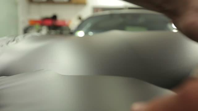 imballaggio in lamina auto - avvolto video stock e b–roll