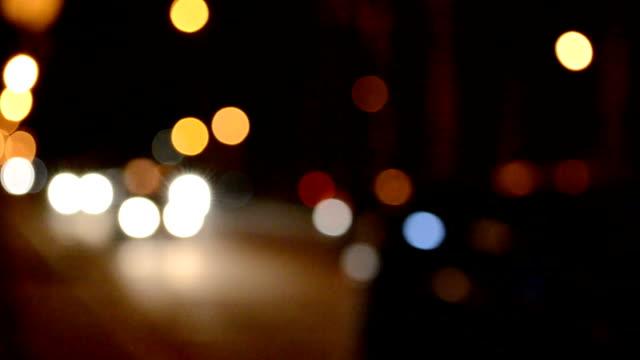 도시에서 자동차, 초점에서. - 초점 이동 스톡 비디오 및 b-롤 화면