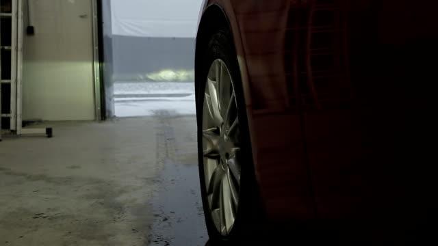 auto aus der garage heraus - garage stock-videos und b-roll-filmmaterial