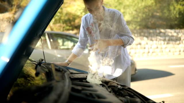 vídeos de stock e filmes b-roll de car is smoking - berma da estrada