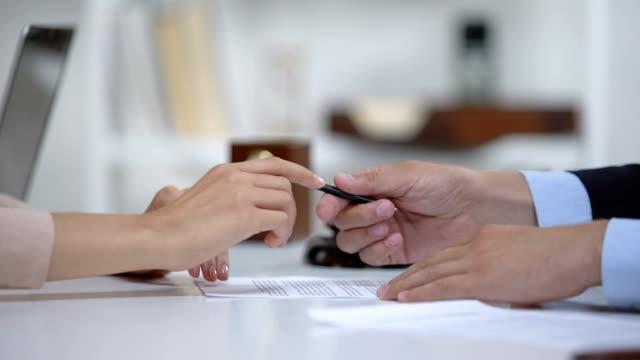 эксперт по автолизингу дает женщине ручку для подписания договора, страхование транспортных средств крупным планом - expert стоковые видео и кадры b-roll