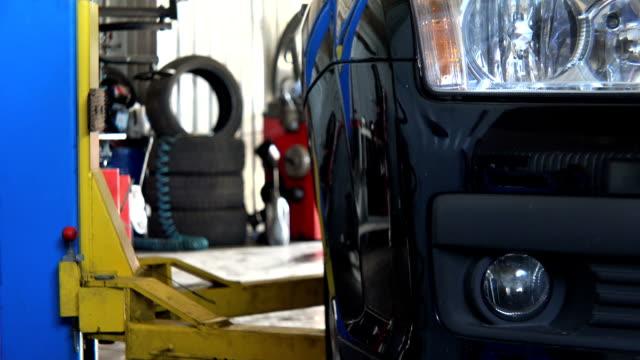 bil lyfta upp en bil i bensinstation garage - garage bildbanksvideor och videomaterial från bakom kulisserna