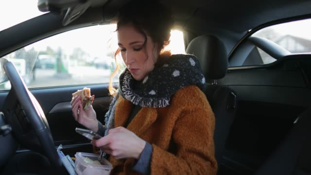 vídeos de stock, filmes e b-roll de almoço de carro - comer
