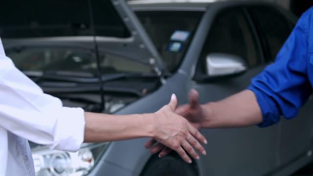 bil mekaniker handslag customer.small affärsidé. - verkstad bildbanksvideor och videomaterial från bakom kulisserna