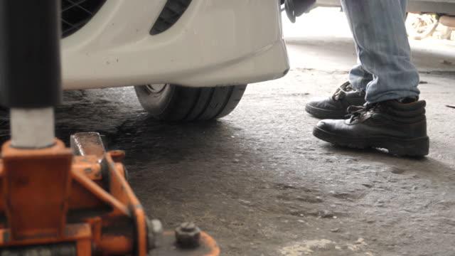 汽車修理工在汽車修理廠工作。 - lebanon 個影片檔及 b 捲影像