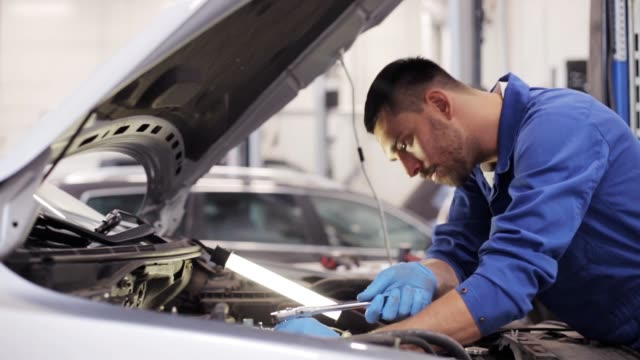 自動車整備自動車修理店で働くレンチで - 機械工点の映像素材/bロール