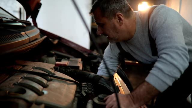 vídeos y material grabado en eventos de stock de mecánico trabajando en el garaje - reparador