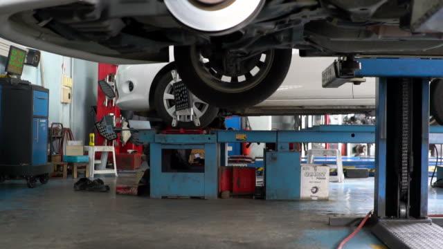 自動車修理工が車の下で働いて ビデオ