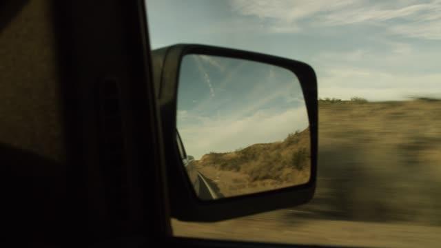 vídeos de stock, filmes e b-roll de opinião do espelho de carro ao conduzir a estrada do deserto no por do sol - caminhonete pickup