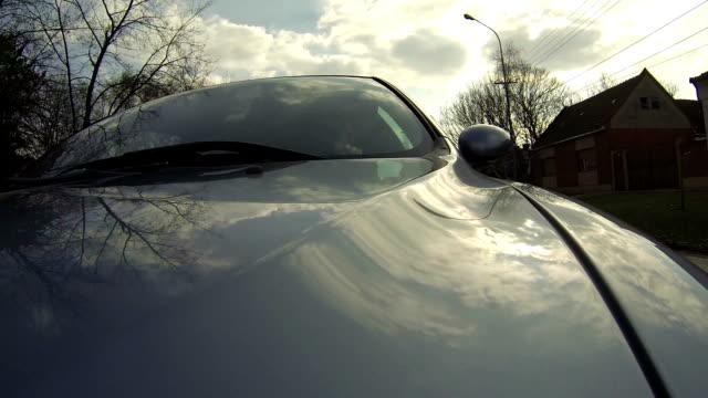 montaggio telecamera di auto guida attraverso le vie della città - sportello d'auto video stock e b–roll