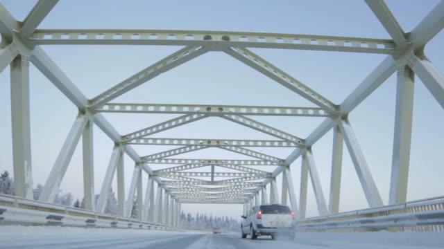 ロシア北部の橋の上で車が移動 - シベリア点の映像素材/bロール