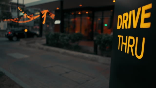 vídeos de stock e filmes b-roll de car moving to drive thru fast food - fast food