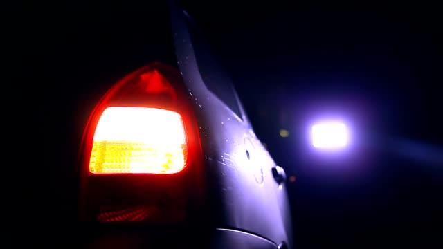 lampeggiatore luce auto di notte a splendida città in risalto la sicurezza stradale - battere le palpebre video stock e b–roll