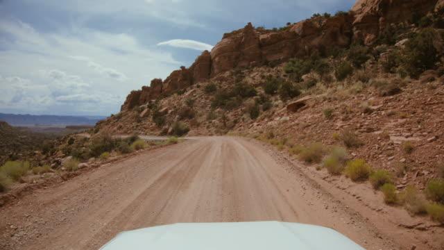pov auto off-road fahren flache sandschlucht, moab - hochplateau stock-videos und b-roll-filmmaterial