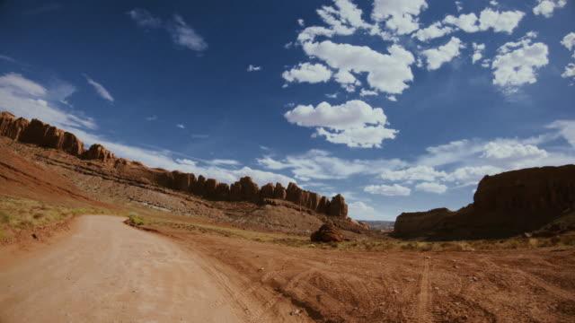 pov bil terrängkörning gemini broar trail, moab - bilperspektiv bildbanksvideor och videomaterial från bakom kulisserna