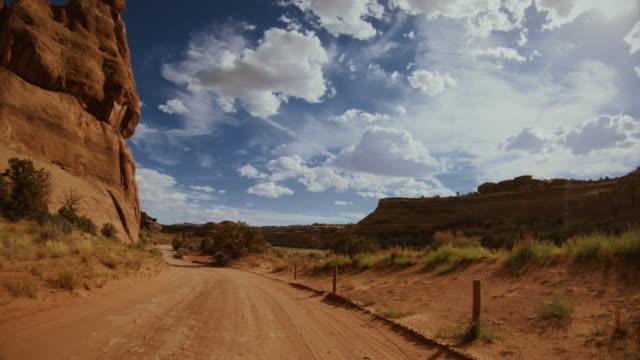 pov car off road driving gemini bridges trail, moab - wiejska droga filmów i materiałów b-roll