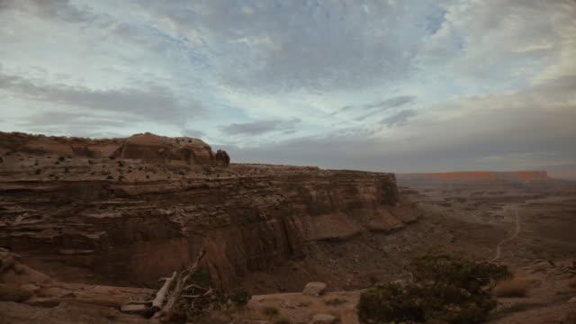 vidéos et rushes de pov voiture hors route conduisant sur le sentier shafer dans le canyon, moab - vue latérale