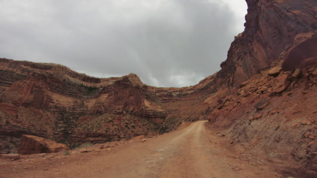 pov auto off-road fahren auf shafer trail in canyon, moab - hochplateau stock-videos und b-roll-filmmaterial