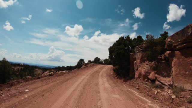 pov bil terrängkörning på shafer trail i canyon, moab - nationalpark bildbanksvideor och videomaterial från bakom kulisserna