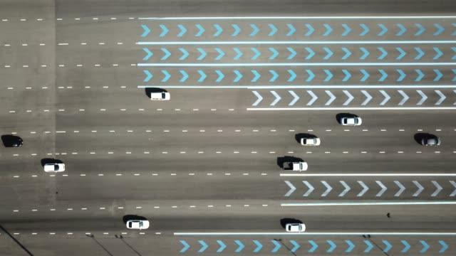 vídeos de stock e filmes b-roll de car on the road - mobility