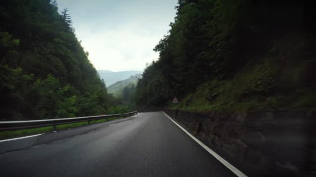 onboard camera car: dangeros curve e nebbia - strada tortuosa video stock e b–roll