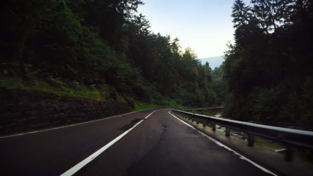 vídeos de stock, filmes e b-roll de câmera a bordo do carro: dangeros curvas e névoa - estrada sinuosa