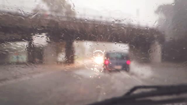 vidéos et rushes de voiture avec caméra: conduite sous la pluie - pare brise