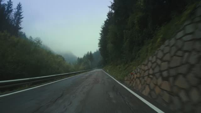 stockvideo's en b-roll-footage met de onboard camera auto op een mistige berg doorgeven - mist donker auto