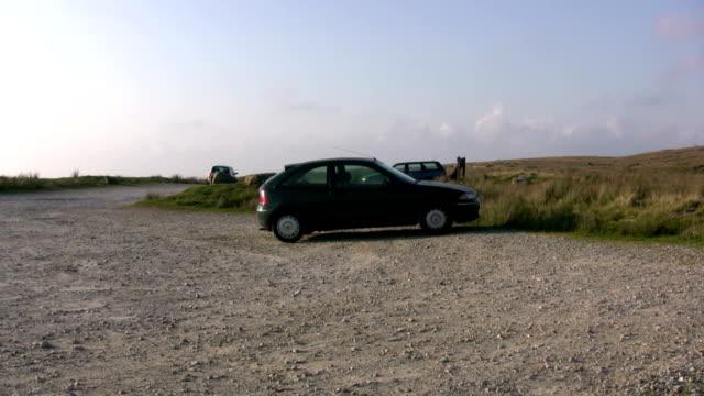 parcheggio in salita moorlands del lancashire, inghilterra del nord - ghiaia video stock e b–roll
