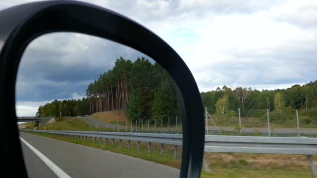 vídeos de stock e filmes b-roll de pov do automóvel de passageiros, reflectido na paisagem na estrada, vista lateral - berma da estrada