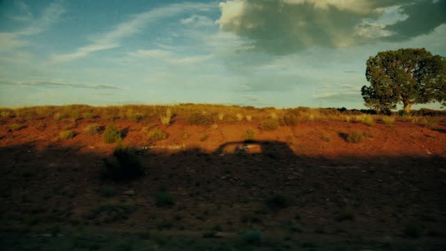 vidéos et rushes de vue de passager de voiture dans le sud-ouest des usa : silhouette de voiture - vue latérale