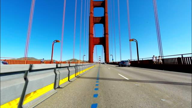 stockvideo's en b-roll-footage met oogpunt van de auto van de golden gate bridge in san francisco ca - westelijke verenigde staten