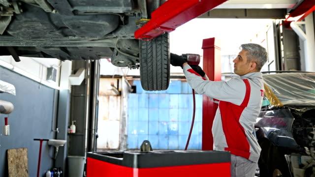 auto entfernen reifen - fahrzeug teils in der autowerkstatt - 4k auflösung - van stock-videos und b-roll-filmmaterial