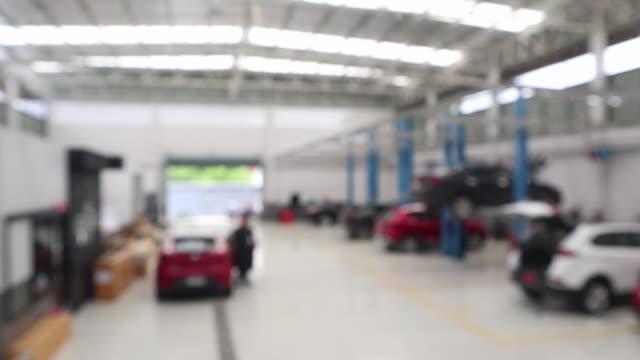 vídeos de stock e filmes b-roll de car repair service centre blurred background - fundo oficina