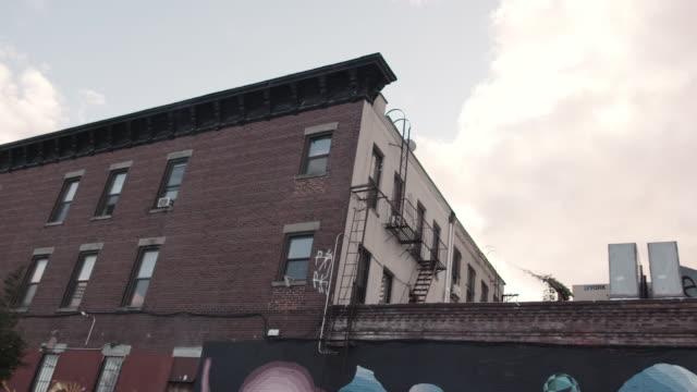 ブルックリンを通って車に乗る。 - street graffiti点の映像素材/bロール