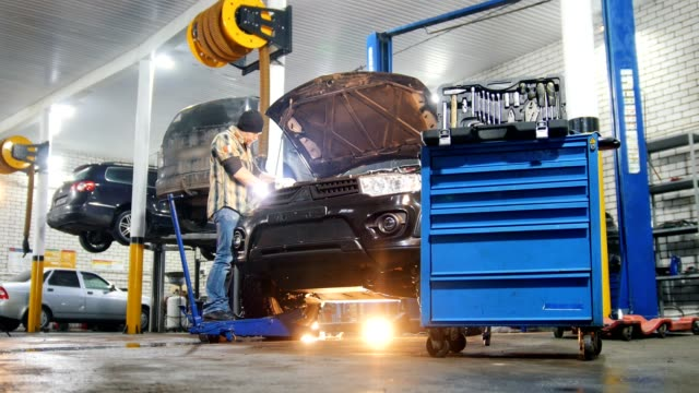 car-service. mekaniker man reparera en bil. - verkstad bildbanksvideor och videomaterial från bakom kulisserna