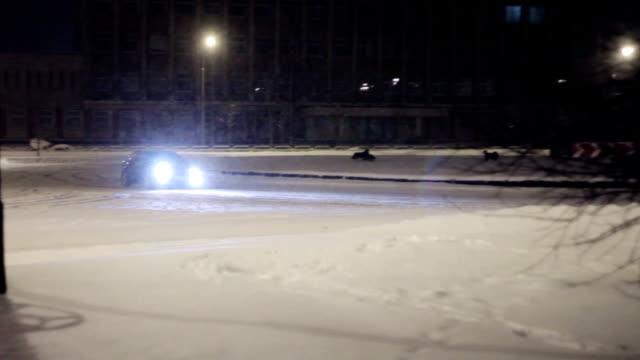 auto scivolo sulla neve coperto strada. inverno strada deriva - slitta video stock e b–roll