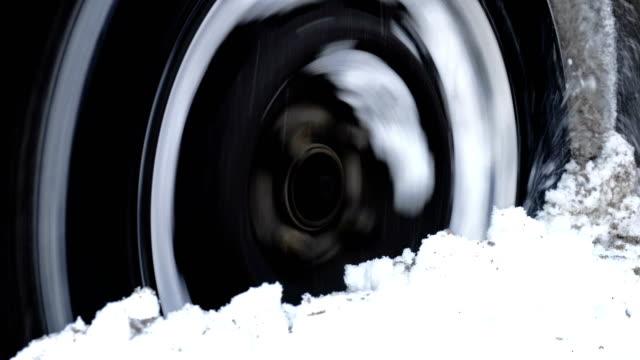 vídeos y material grabado en eventos de stock de auto patinando en profundo ventisquero - nieve amontonada